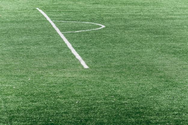 Weiße markierungen auf einem fußballplatz