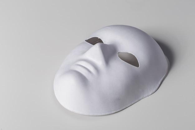 Weiße maske hautnah