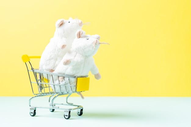 Weiße maus des kleinen spielzeugspielzeugs im einkaufswagen
