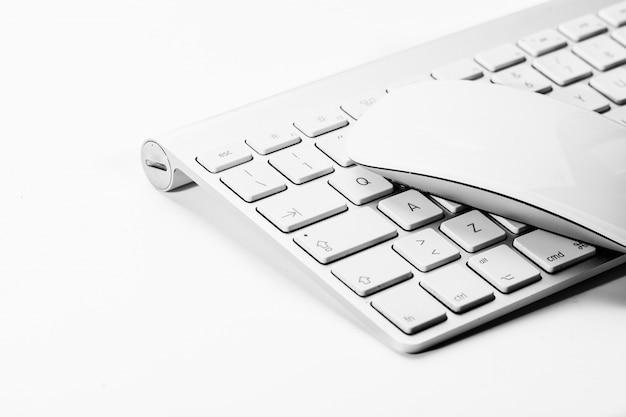 Weiße maus und tastatur eines personalcomputers