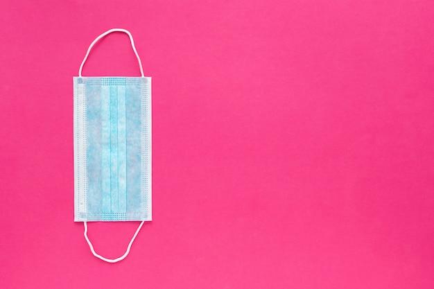 Weiße medizinische einwegmaske auf rosa