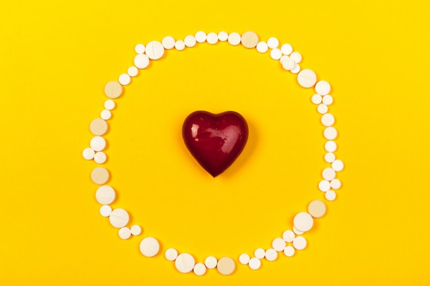 Weiße medizinische pillen auf farbhintergrund