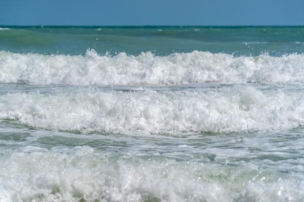 Weiße meereswellen am tropischen strand, nahaufnahme. thailand