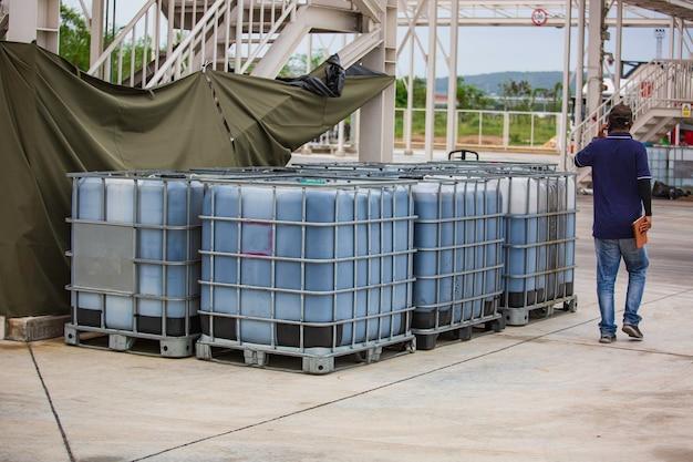 Weiße methanoltanks oder chemische fässer stapelten sich in der industrie.