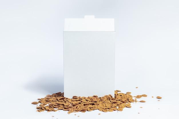 Weiße müslischachtel. sofortiges frühstückspaket des leeren kartons auf weiß