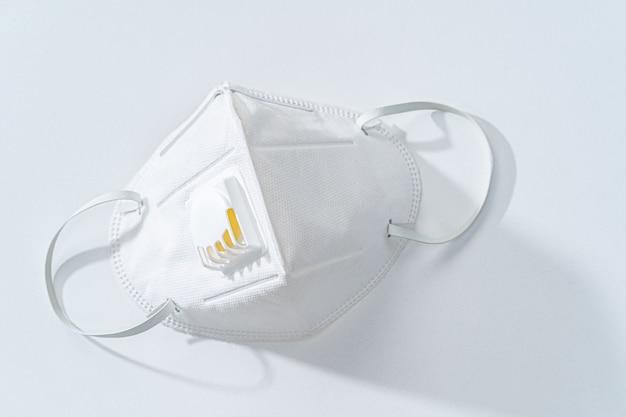 Weiße n95-maske auf weißem tisch