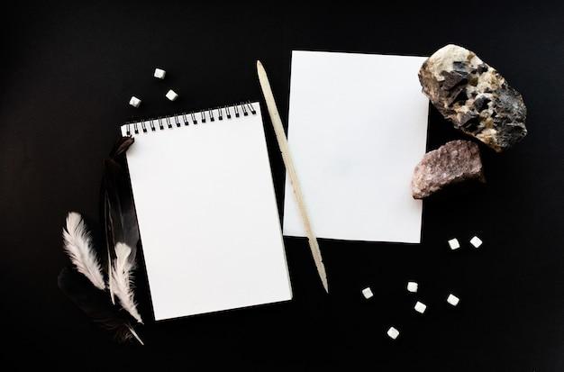 Weiße notebook-modellvorlage auf schwarzem hintergrund mit magischer mysteriöser stimmung