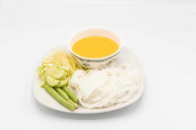 Weiße nudeln von thailändischem essen