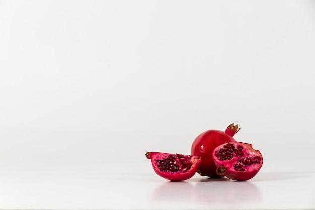 Weiße oberfläche mit leckeren pomegranates