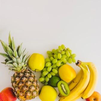 Weiße oberfläche mit verschiedenen früchten