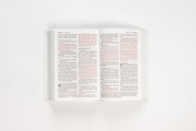 Weiße offene bibel holly bible auf weiß