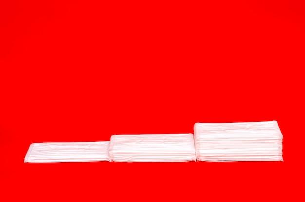 Weiße op-masken auf rotem hintergrund isoliert