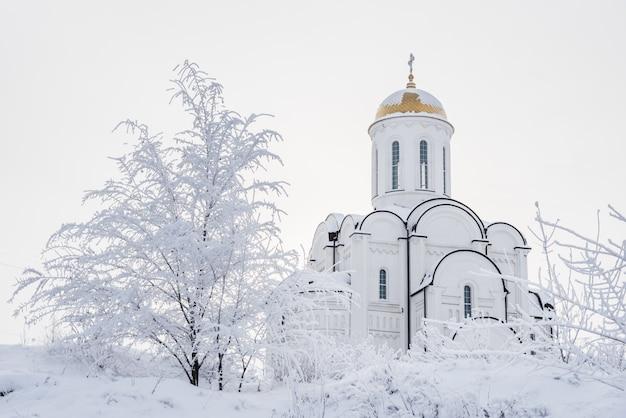 Weiße orthodoxe kirche mit einer goldenen haube