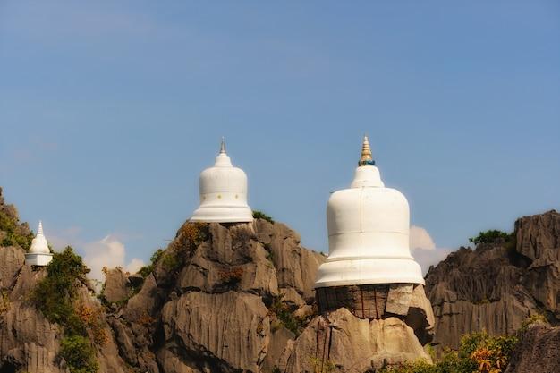 Weiße pagode auf dem klippen- und kopienraum