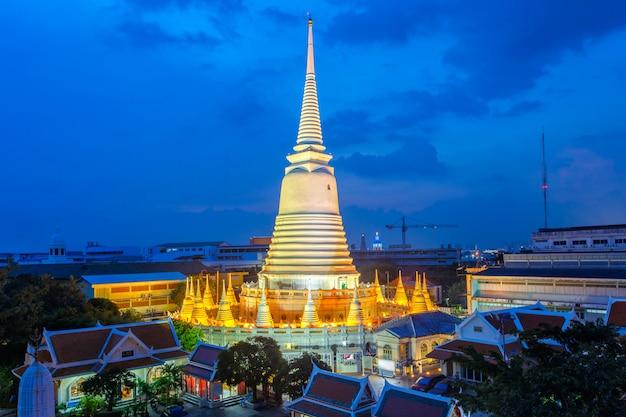 Weiße pagode der draufsicht in wat-prayoon rawongsawas