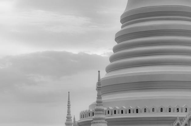 Weiße pagode der nahaufnahme im thailändischen tempel klassische architektur attraktion kunstarchitektur