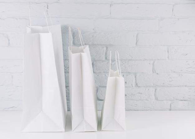 Weiße pakete mit griffen