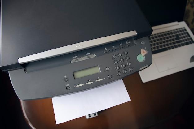 Weiße papierblätter auf dem drucker im büro