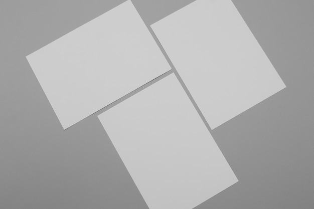 Weiße papierblätter auf grauem hintergrund