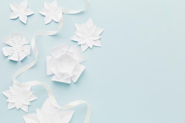 Weiße papierblumen auf tisch mit kopierraum
