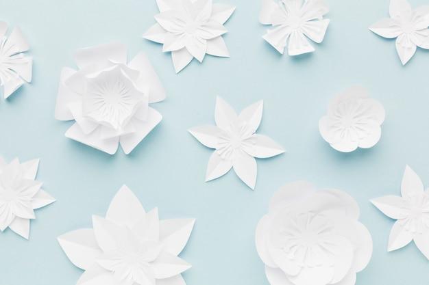 Weiße papierblumen der draufsicht auf tabelle