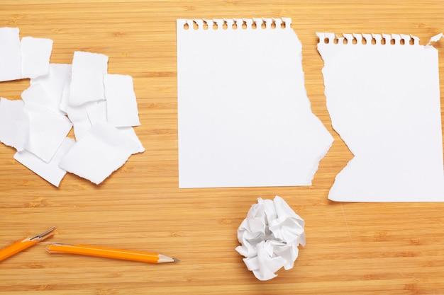 Weiße papierbögen und bleistifte