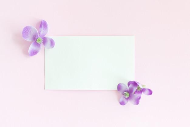 Weiße papierkarte auf rosa
