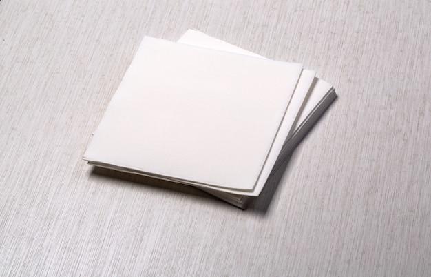 Weiße papierserviette auf altem holztisch