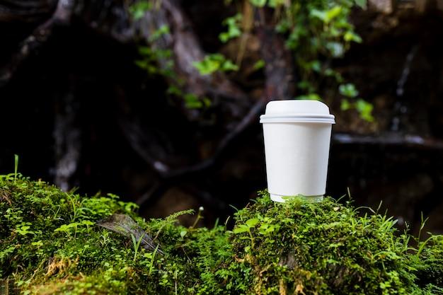 Weiße papiertasse kaffee in der schönen natur