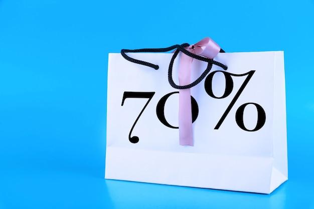 Weiße papiertüte, einkaufstasche mit 70 prozent text