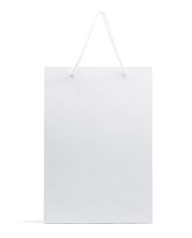 Weiße papiertüte lokalisiert auf weißem hintergrund mit beschneidungspfad