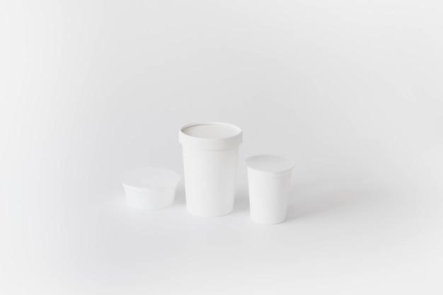 Weiße pappbecher