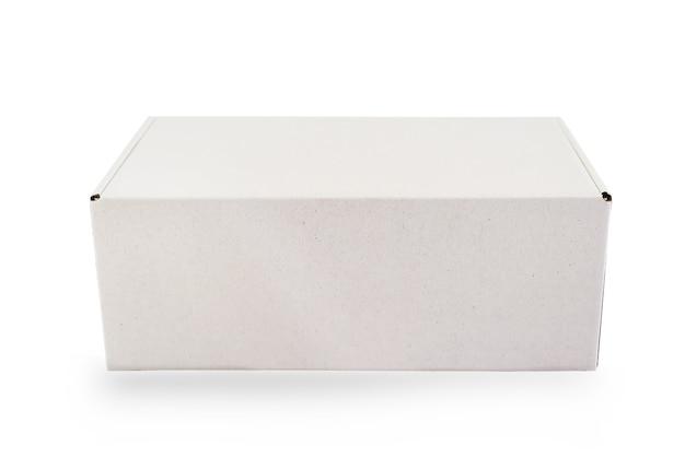Weiße pappschachtel der leeren verpackung lokalisiert auf weißem hintergrund mit schnittlinie bereit für produktdesign