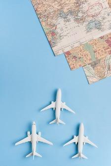 Weiße passagierflugzeuge und weltkarten