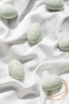 Weiße pastell dekorative ostereier