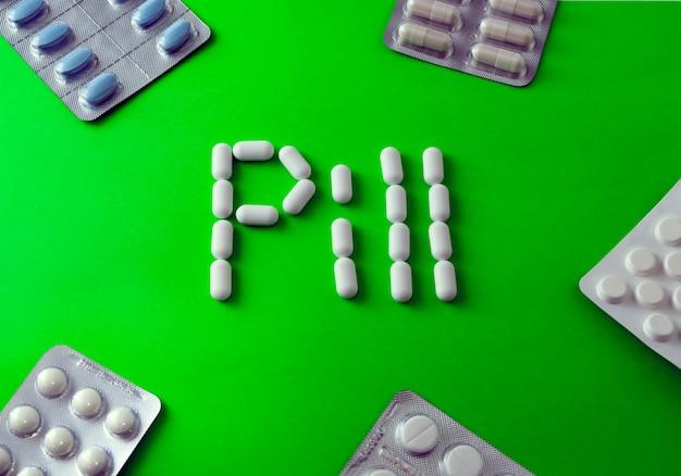 Weiße pillen auf grün