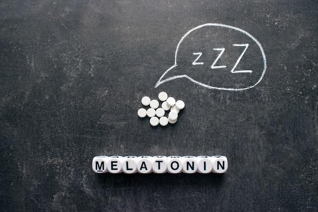 Weiße pillen in z-form und text. schlaftabletten, hypnotische medikamente