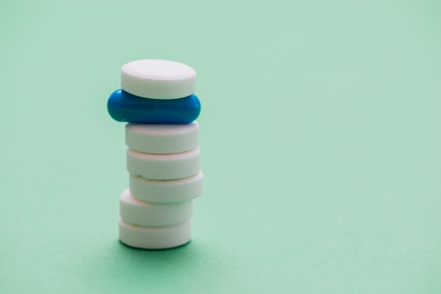 Weiße pillenanordnung
