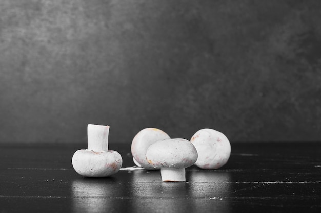 Weiße pilze isoliert auf schwarz.