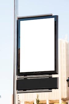 Weiße plakatwand in der stadt