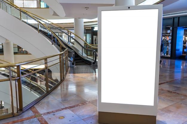 Weiße plakatwand in einem modernen einkaufszentrum, konzept