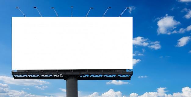 Weiße plakatwand mit blauem himmel