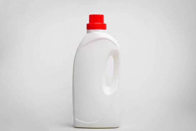 Weiße plastikflasche für flüssiges waschmittel, bleichmittel oder weichspüler