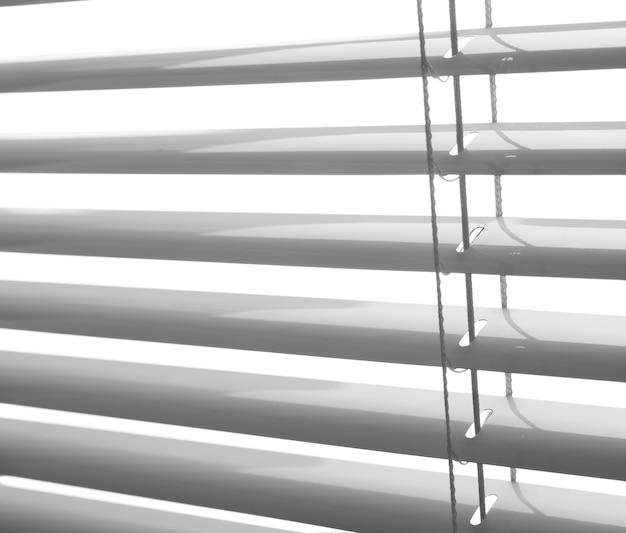 Weiße plastikjalousien schließen studioaufnahme