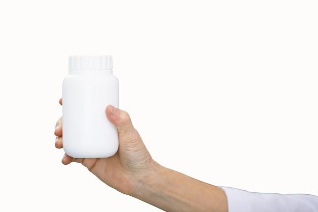 Weiße plastikmedizinflasche im doktor, der hand hält und lokalisiert auf weißem hintergrund