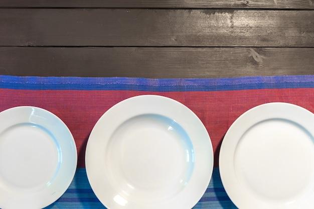 Weiße platte auf einer tischdecke
