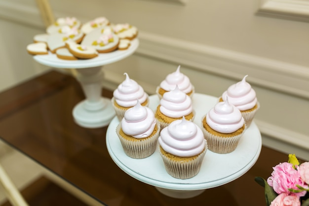 Weiße platte mit süßen muffins