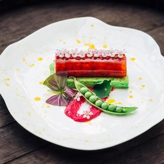 Weiße platte mit ursprünglich serviert salat steht auf dunklen holz t