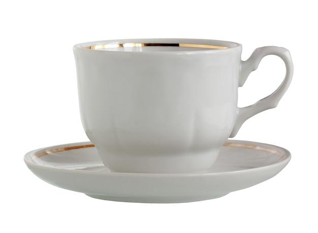 Weiße porzellantasse und untertasse mit goldrand isoliert auf weißem hintergrund tee-paar-geschirr