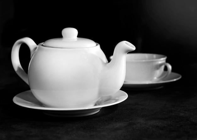 Weiße porzellanteetasse und teekanne
